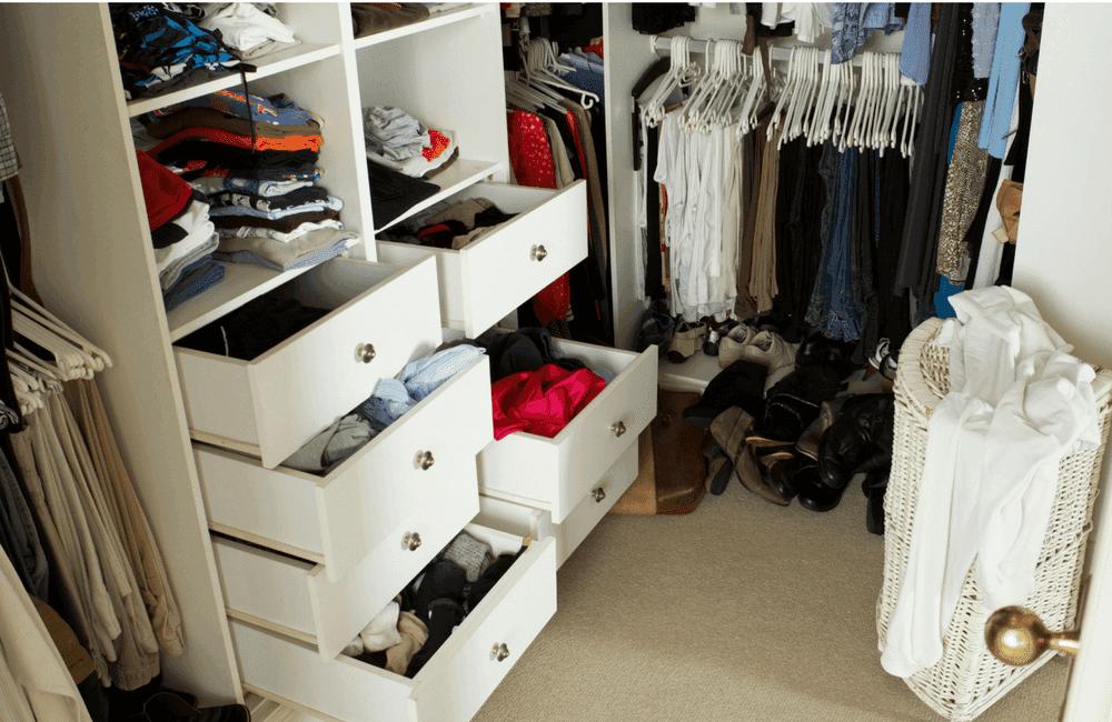 minimalismus voller kleiderschrank