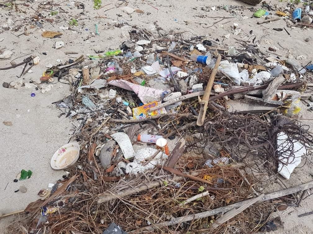 plastik am strand von ko lanta